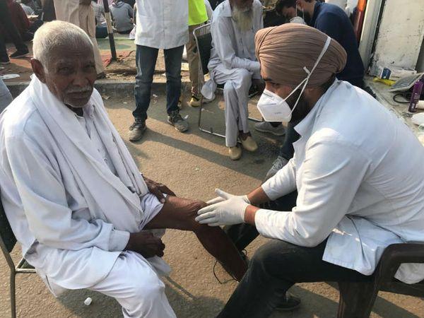 यहां दर्जन भर से ज्यादा चिकित्सा शिविर लग चुके हैं जिनमें फार्मासिस्ट से लेकर डॉक्टर तक मौजूद हैं। लोगों का मुफ्त उपचार किया जा रहा है।