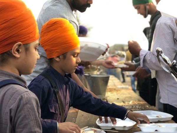 किसानों के इस आंदोलन में बड़ी संख्या में स्कूली बच्चे भी शामिल हैं।