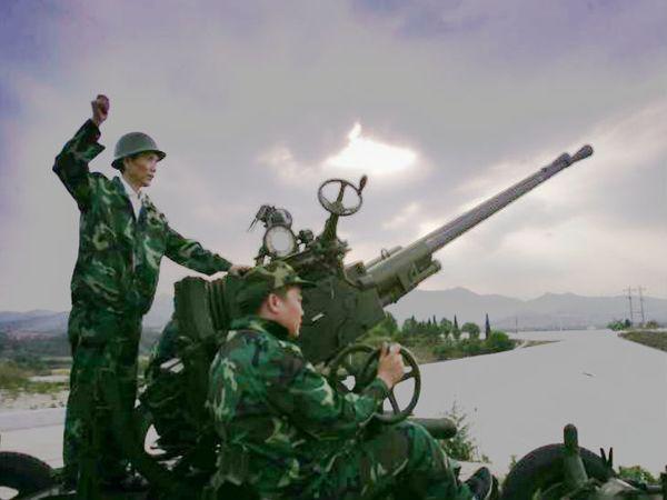 चीन के हुंगपे में मई 2011 में क्लाउड सीडिंग से बारिश करवाने के लिए रॉकेट दागते कर्मचारी। -फाइल फोटो - Dainik Bhaskar