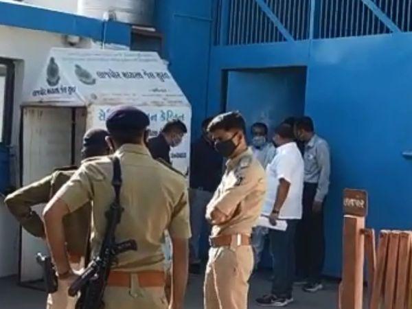 जेल से बाहर आते ही नारायण साईं को लेकर अहमदाबाद के लिए रवाना हो गई पुलिस।