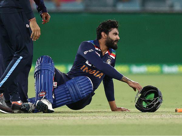 भारत की पारी के दौरान 19वें ओवर में रविंद्र जडेजा को हैम-स्ट्रिंग की शिकायत हुई थी। इसके बाद 20वें ओवर में मिचेल स्टार्क की बॉल जडेजा के हेलमेट पर जा लगी। - Dainik Bhaskar