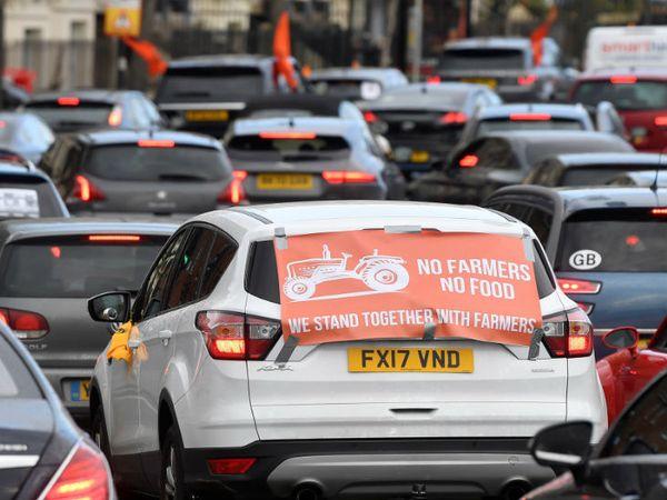 लंदन में सिख समुदाय ने किसानों के समर्थन में रैली निकाली।