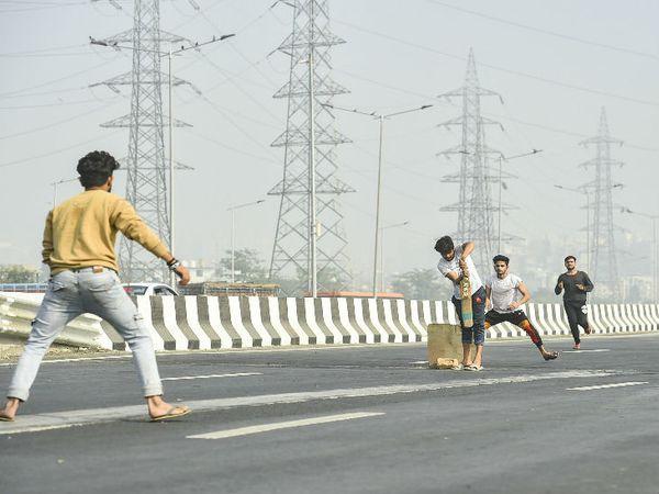 गाजीपुर बॉर्डर (दिल्ली-यूपी) के पास आंदोलन के कारण बंद नेशनल हाईवे-24 पर आसपास के लड़के क्रिकेट खेलने लगे है।