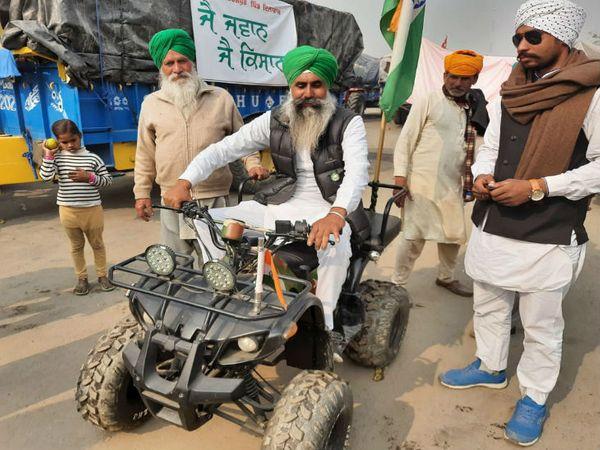 सिंघु बॉर्डर पर ऐसे नजारे भी दिख रहे हैं। अपने ऑफ रोड व्हीकल के साथ बुजुर्ग किसान