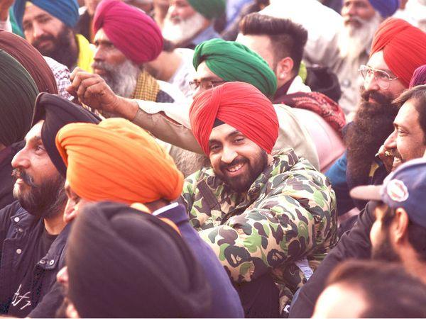 मशहूर पंजाबी सिंगर और एक्टर दिलजीत दोसांझ प्रदर्शन कर रहे किसानों का जोश बढ़ाने पहुंचे। - Dainik Bhaskar