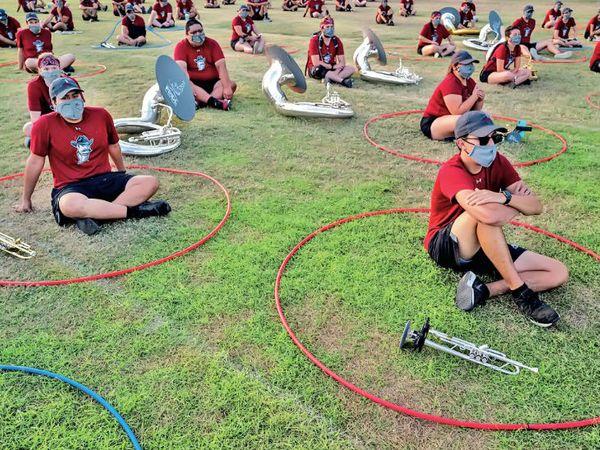 ये समूह जब प्रैक्टिस करते हैं तो 6 फीट के 'हूला हूप्स' में बैठकर करते हैं, जिन्हें पानी के पाइप से बनाया गया है। - Dainik Bhaskar