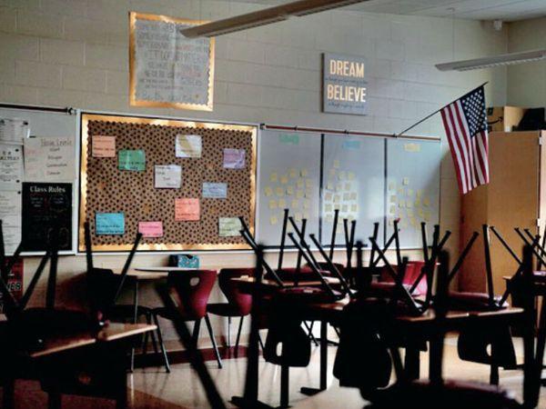 बहस का एक मसला यह भी है कि शिक्षकों को एसेंशियल वर्कर माना जाए या नहीं। कोरोनाकाल में स्कूल बंद होने से शिक्षक घर से ऑनलाइन क्लास ले रहे हैं। - Dainik Bhaskar