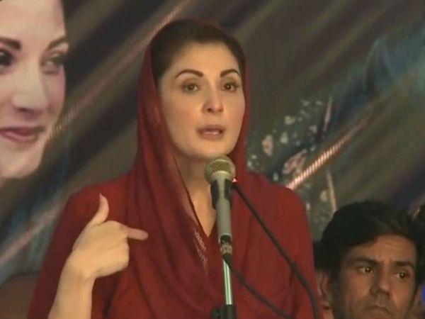 पाकिस्तान के लाहौर में रविवार को अपनी पार्टी के नेताओं को संबोधित करती पूर्व प्रधानमंत्री नवाज शरीफ की बेटी मरियम नवाज। (फाइल फोटो) - Dainik Bhaskar