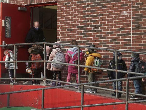 न्यूयॉर्क अमेरिका के सबसे ज्यादा प्रभावित शहरों में शामिल है। इसके बावजूद यहां स्कूल खोलने का फैसला लिया गया है। - Dainik Bhaskar