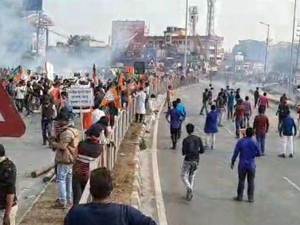 सिलीगुड़ी में बवाल के दौरान प्रदर्शनकारियों ने पथराव किया। - Dainik Bhaskar