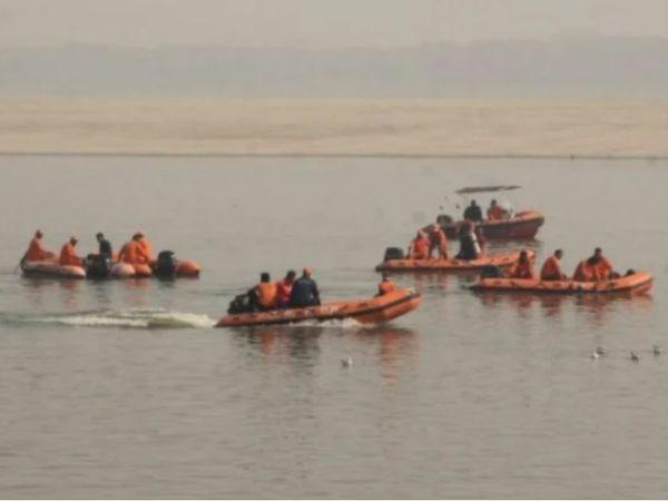 यह फोटो वाराणसी की है। गंगा नदी में डूबे युवकों की तलाश में जुटी NDRF टीम। - Dainik Bhaskar
