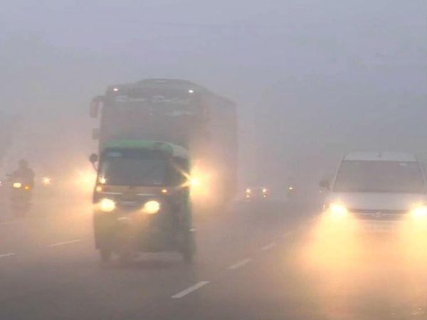फोटो दिल्ली के धौला कुआं इलाके की है। राजधानी में सोमवार सुबह घना कोहरा था। - Dainik Bhaskar