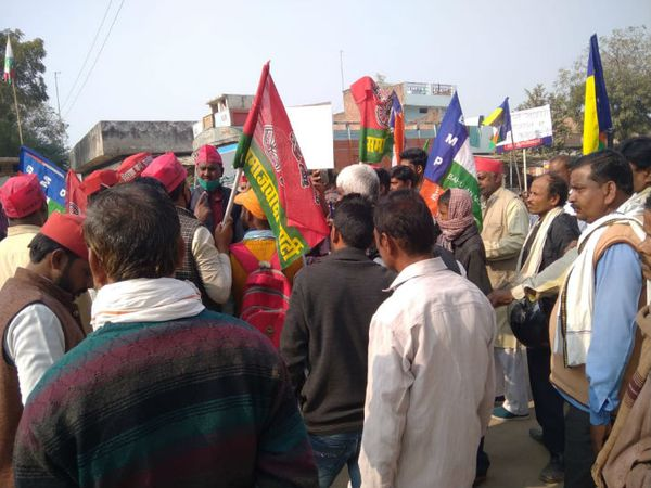यह तस्वीर इलाहाबाद की जहां सपा के कार्यकर्ता हाईवे पर प्रदर्शन करते नजर आए। यहां पुलिस ने उनको वहां से तुरंत हटवा दिया। - Dainik Bhaskar