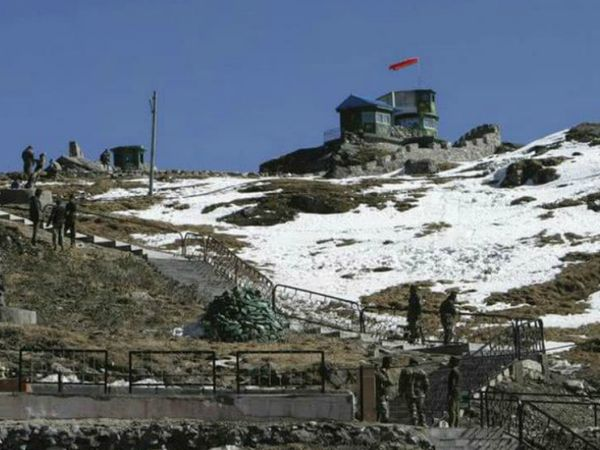 2017 में हुए डोकलाम विवाद के बाद से चीनी सेना लद्दाख से अरुणाचल प्रदेश तक सीमा के आसपास कई मिलिट्री कैम्प विकसित करने में जुटी हुई है। (फाइल फोटो) - Dainik Bhaskar