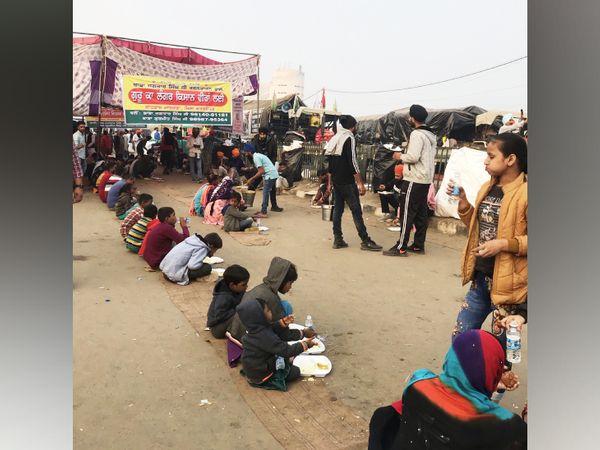 मजदूरों के भूखे बच्चों के लिए आंदोलन स्थल एक मेला है और वे चाहते हैं कि यह मेला यू हीं चलता रहे।