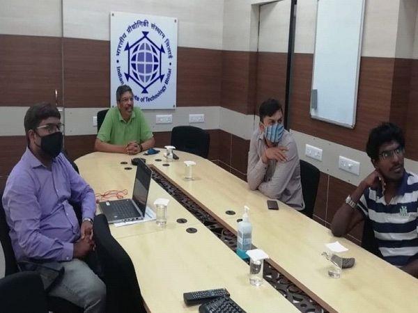 ओरिएंटेशन प्रोग्राम में स्टूडेंट्स से रूबरू होते डायरेक्टर और फैकल्टी। - Dainik Bhaskar
