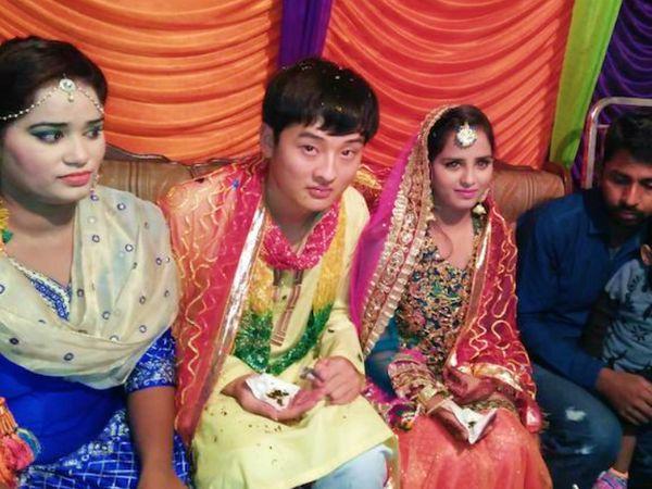 यह फोटो पिछले साल मई में पाकिस्तान के एक जर्नलिस्ट ने सोशल मीडिया पर शेयर की थी। जर्नलिस्ट के मुताबिक, गरीब पाकिस्तानी पैसे के लालच में अपनी बेटियों की शादी चीनी नागरिकों से करते हैं। कुछ महीनों बाद यह शादियां टूट जाती हैं। (फाइल)