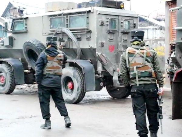सुरक्षाबलों को पुलवामा के टिकेन इलाके में आंतकियों के छिपे होने की सूचना मिली थी। इसके बाद तलाश शुरू की गई। - Dainik Bhaskar
