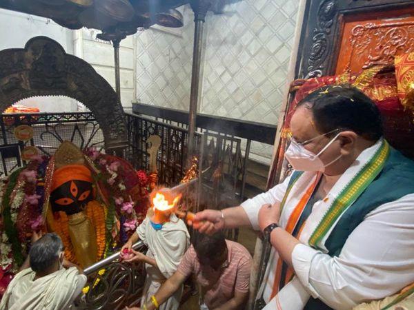 पश्चिम बंगाल दौरे पर पहुंचे भाजपा अध्यक्ष जेपी नड्डा ने बुधवार को कोलकाता में कालीघाट मंदिर में पूजा-अर्चना की। - Dainik Bhaskar