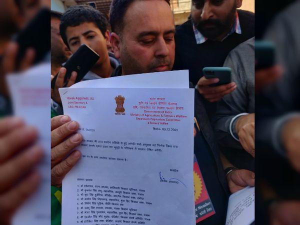 नए कृषि कानूनों के खिलाफ पिछले 14 दिन से आंदोलन कर रहे किसानों को केंद्र सरकार ने बुधवार को 10 पॉइंट का प्रस्ताव भेजा था। - Dainik Bhaskar