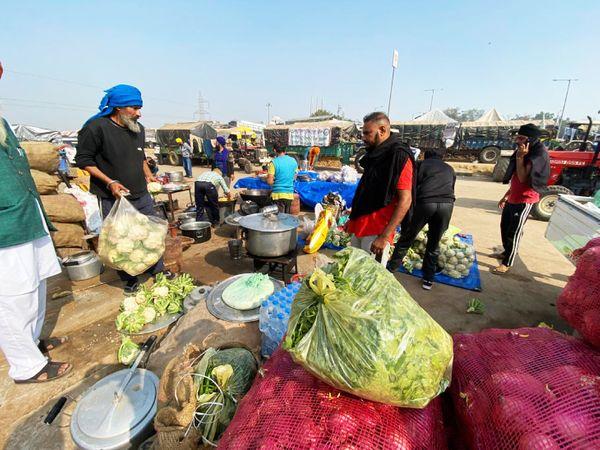 लंगर का इंतजाम सड़क पर ही है। रसोई दिन-रात चालू है। हर आने वाले को सेवाभाव से भोजन परोसा जाता है।