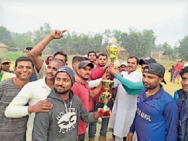 क्रिकेट टूर्नामेंट के फाइनल मैच के खिलाड़ी। - Dainik Bhaskar