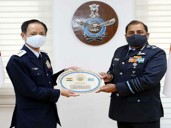 भारत के दौरे पर आए जापान के चीफ ऑफ स्टाफ जनरल इजित्सु शंजी ने अपने काउंटर पार्ट एयरचीफ मार्शल आरकेएस भदौरिया से मुलाकात की।