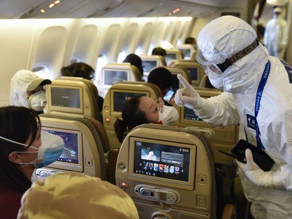 प्लेन में बैठे पैंसेजर्स को संक्रमण से बचने के बारे में चीन की एयरलाइन्स का एक क्रू मेम्बर। यहां सरकार ने क्रू मेम्बर्स के लिए नई गाइडलाइन जारी की है।- फाइल फोटो - Dainik Bhaskar