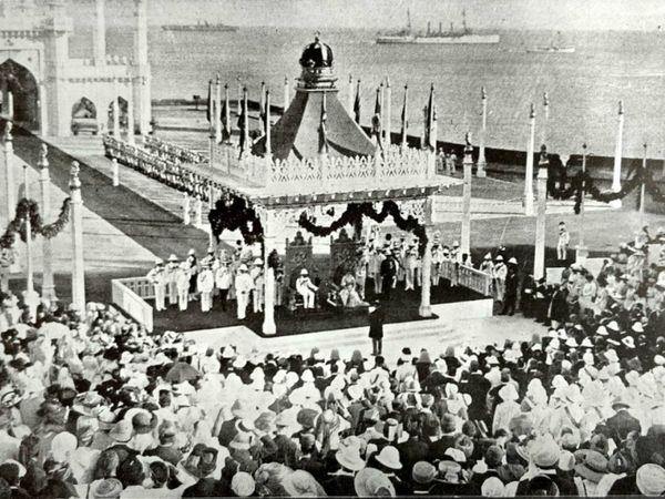किंग जॉर्ज-V और क्वीन मैरी के सम्मान में लाल किले पर दरबार सजाया गया था।