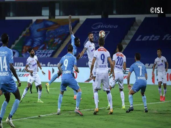 इंडियन सुपर लीग में शनिवार को खेले गए मैच के दौरान चेन्नइयन एफसी और मुंबई सिटी एफसी के खिलाड़ी। - Dainik Bhaskar