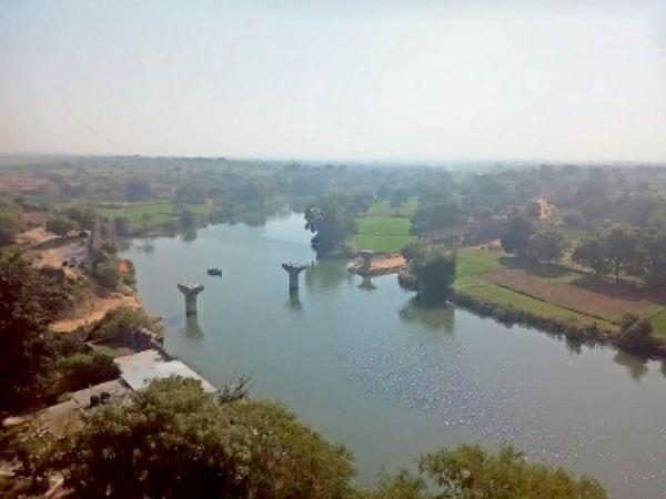 शाम को कुछ यूं नजर आया सीप नदी से मौसम का नजारा। - Dainik Bhaskar