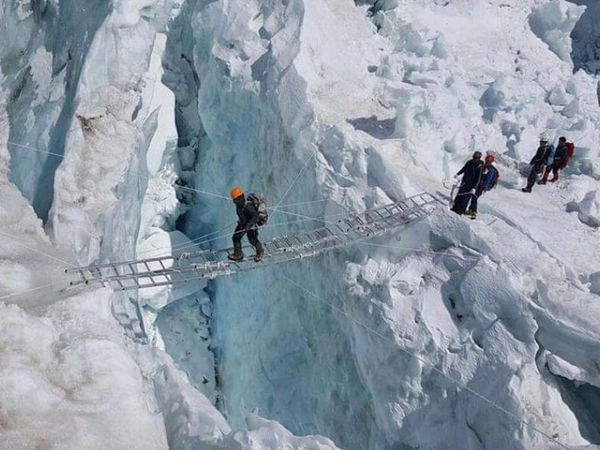 एवरेस्ट अभियान के दौरान पर्वतारोहियों को इस तरह की अलग-अलग चुनौतियों का सामना करते हुए शिखर पर पहुंचना होता है।