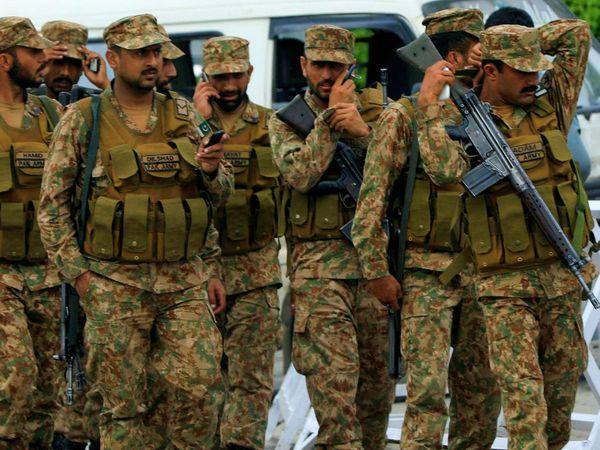 पाकिस्तानी मीडिया के मुताबिक, भारत किसी भी वक्त बड़ी सैन्य कार्रवाई कर सकता है। इसकी वजह से पाक फौज को हाई अलर्ट पर रखा गया है। बुधवार को पाकिस्तान ने एलओसी पर फायरिंग की थी। भारत की जवाबी कार्रवाई में पाकिस्तान के दो सैनिक ढेर हो गए थे। (फाइल) - Dainik Bhaskar