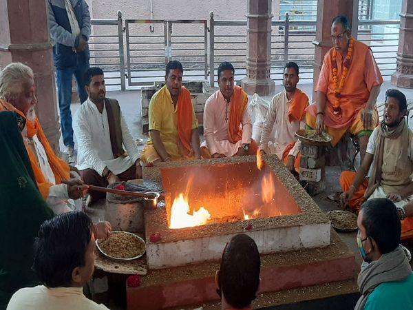 महाकाल मंदिर की यज्ञशाला में किसान आंदोलन की समाप्ति के लिए हुुआ यज्ञ। - Dainik Bhaskar