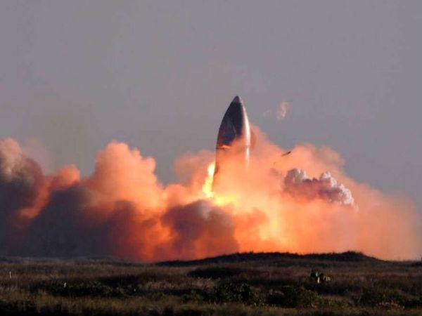स्पेसएक्स का स्टारशिप रॉकेट बुधवार को लॉन्चिंग के कुछ ही देर बाद कुछ इस तरह आग से घिरा नजर आया। - Dainik Bhaskar