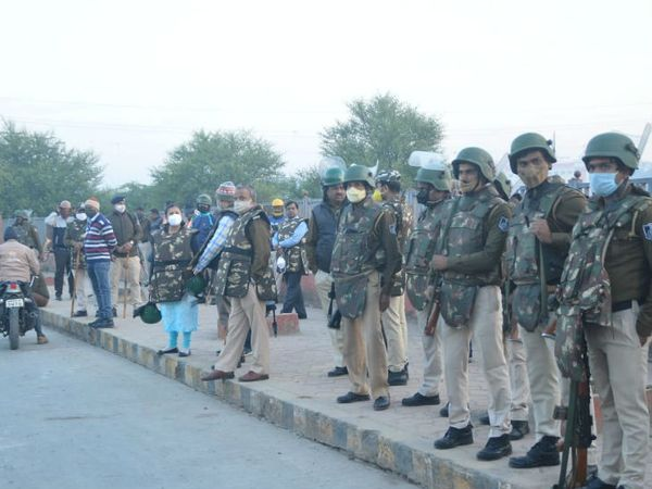 कार्रवाई के दौरान बड़ी मात्रा में पुलिस बल तैनात रहा।