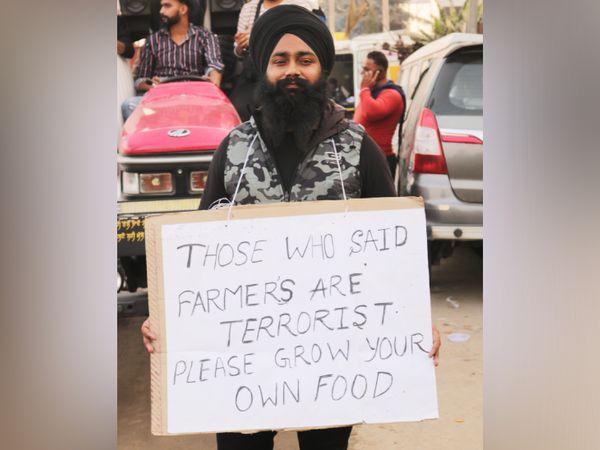 प्रदर्शनकारियाें का कहना है 'जिन्हें लगता है किसान आतंकवादी हैं वो अपना खाना खुद ही उगाएं।'