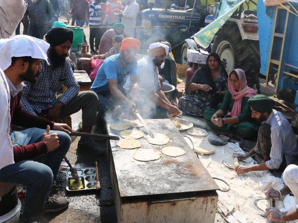 स्थानीय लोगों ने खाना-पीना ही नहीं, जरूरत की चीजों का भी जिम्मा संभाला है। उनका कहना है कि आंदोलन में सभी का फायदा है।