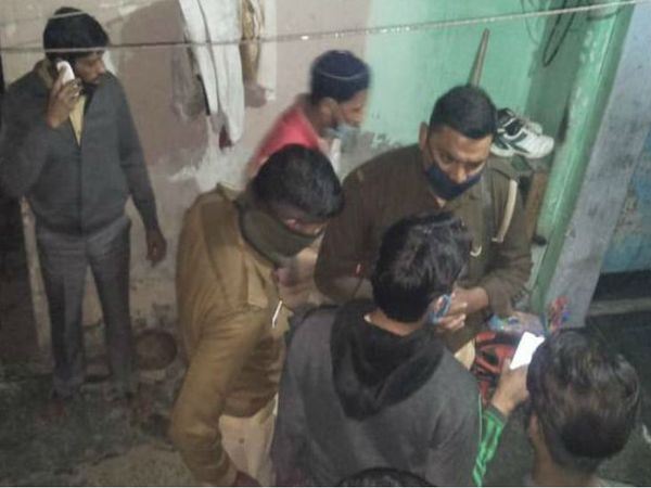 घटनास्थल पर जांच करती पुलिस। पुलिस के मुताबिक- पत्नी और बच्चों की हत्या के बाद राशिद ने खुदकुशी की। - Dainik Bhaskar