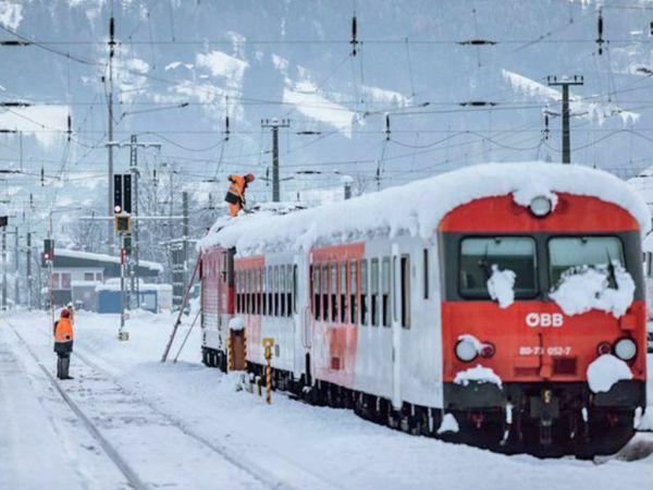 ऑस्ट्रिया में लोकल ट्रेनें तक प्रभावित हैं। यहां ट्रेनों पर 6-6 इंच तक बर्फ जम रही है। - Dainik Bhaskar