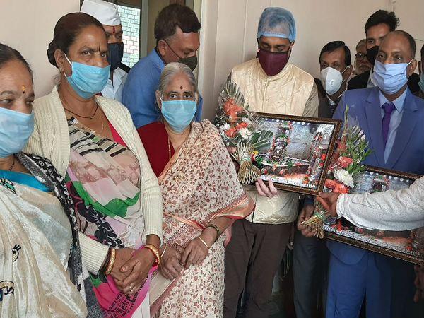 फैसले के बाद जिला जज एनपी सिंह (नीले सूट में) को बाबा महाकाल की प्रतिमा देकर आभार जताती महिलाएं। - Dainik Bhaskar