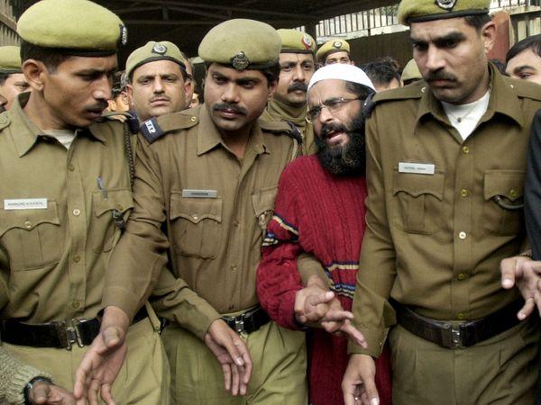दिल्ली हाईकोर्ट ने 26 सितंबर 2006 को अफजल गुरु को फांसी देने का आदेश दिया। लेकिन उसकी पत्नी तबस्सुम ने याचिका लगा दी। बाद में 9 फरवरी 2013 को उसे फांसी दी गई।