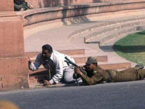 5 आतंकियों ने संसद पर हमला किया। साढ़े चार घंटे चली मुठभेड़ के बाद पांचों आतंकी मारे गए।
