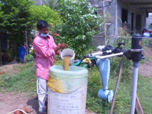 अपने खेत पर खेती के लिए दवाइयां तैयार करते हुए प्रकाशभाई।