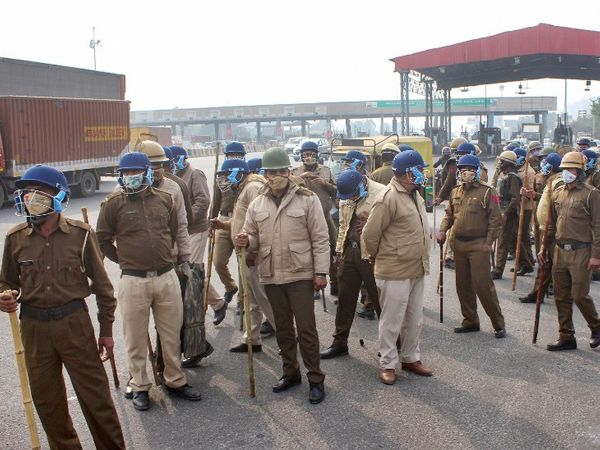 गुरुग्राम में खेरकी दौला टोल पर किसानों को रोकने के लिए तैनात पुलिसकर्मी।
