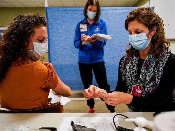 अमेरिका में फाइजर की वैक्सीन को अप्रूवल मिलने के बाद टीका लगाने की रिहर्सल की जा रही है। - Dainik Bhaskar