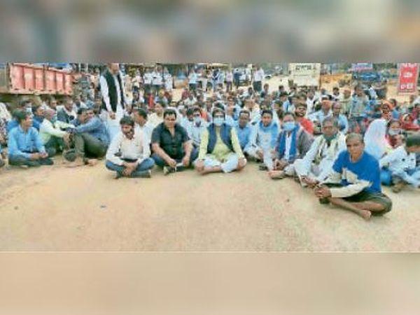 किसानों के समर्थन में सड़क पर बैठे विधायक। - Dainik Bhaskar