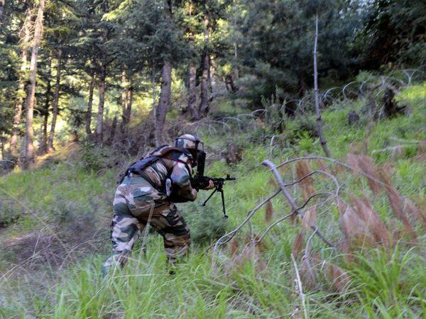 तीनों आतंकी पाकिस्तान से कश्मीर में दाखिल हुए थे। इलाके में कुछ और आतंकियों के छिपे होने की खबर है। इलाके में सर्च ऑपरेशन चलाया जा रहा है। -फाइल फोटो। - Dainik Bhaskar
