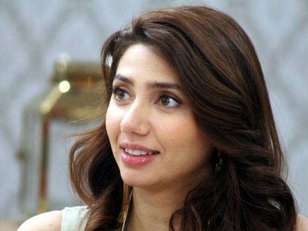 पाकिस्तानी एक्ट्रेस माहिरा खान कई बॉलीवुड फिल्मों में काम कर चुकी हैं। फिल्म रईस में वे शाहरुख खान के साथ नजर आई थीं। -फाइल फोटो। - Dainik Bhaskar