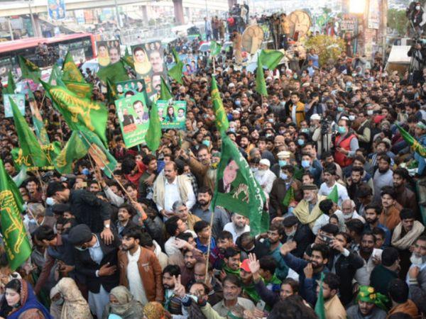 सरकार विरोधी रैली से एक दिन पहले शनिवार को पाकिस्तान के लाहौर में जुटे पाकिस्तान मुस्लिम लीग-नवाज (PML-N) पार्टी के कार्यकर्ता। - Dainik Bhaskar
